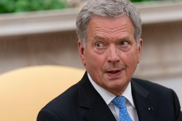 Presidentti Sauli Niinistö kannustaa tänään Huuhkajia paikan päällä.