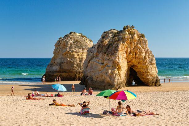 Praia da Rochan rannalta löytyy kiinnostavia kalliomuodostelmia.