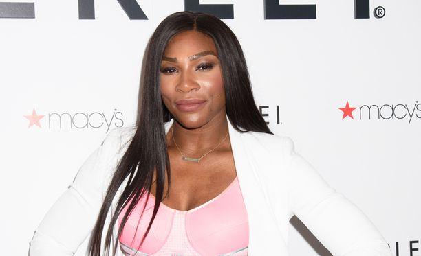 Serena Williams esitteli urheilurintaliivejä.