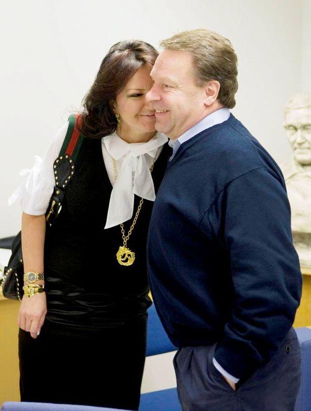Vuoden 2008 kuntavaaleissa Ilkka Kanerva sai mahtavan äänisaaliin. Elina palkitsi poskipusulla.