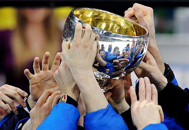 Siinä se on! MM-pytty pääsi Leijona-pelaajien käsiin Slovakian Bratislavassa 15. toukokuuta 2011.