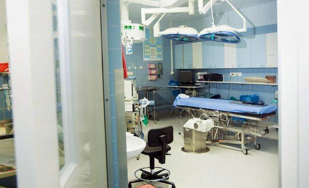 Kuolemantapauksen jälkeen sairaalassa alettiin selvittää mahdollisuutta, että potilas olisi saanut puudutuksen yhteydessä bakteerin esimerkiksi pisaratartunnasta haavaan tai neulaan. Potilas sai erittäin aggressiivisen infektion, johon hän kuoli seuraavana päivänä.
