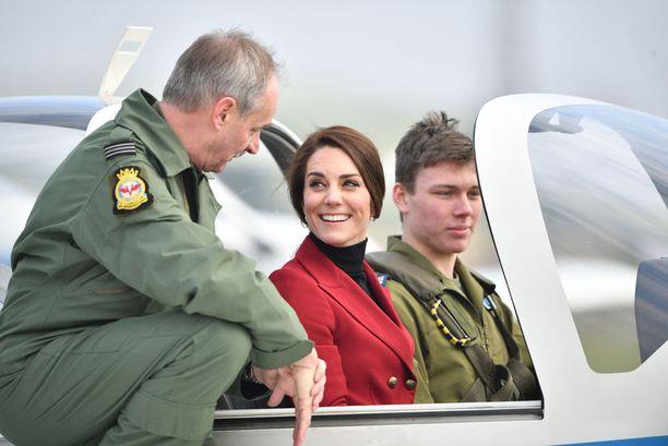 Lentokierrokselle lähtenyt Kate sitaisi tukkansa poninhännälle.