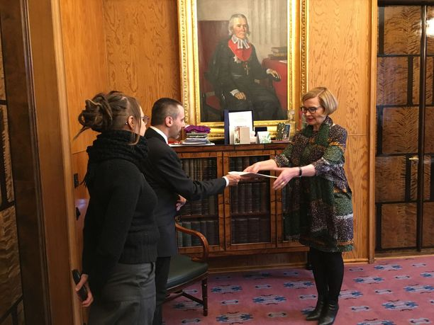 Eduskunnan puhemies Paula Risikko kertoi Martin-Èric Racinelle, että aktiivimallia koskevasta kansalaisaloitteesta käydään keskustelu eduskunnan suuressa salissa, minkä jälkeen aloite lähetetään valiokuntiin käsiteltäväksi. Kuvassa Racinen vieressä Minna Koponen.
