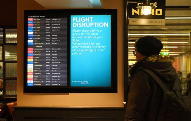 Matkustajat odottelivat perjantaina tietoa lennoistaan Lontoon eteläpuolella sijaitsevalla Gatwickin lentoasemalla.