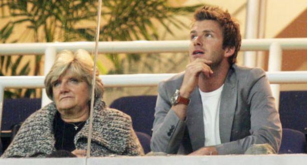 Espanjasta jenkkeihin siirtyvä David Beckham ei pääse enää kentälle Real Madridin paidassa. Sunnuntaina hän seurasi joukkueensa otteita katsomossa äitinsä kanssa.
