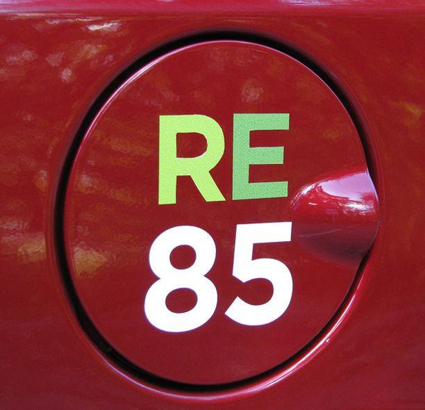 ETANOLIA. Kuvan tankissa lukee E85, joka on suurin etanolipitoisuus mitä markkinoilla on. E85 edellyttää ns. flexifuel-autoa. Uusi standardi on kuitenkin useimmille autoille sopiva E10.