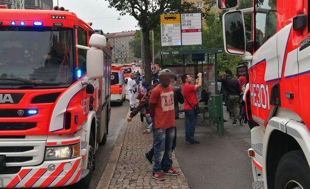 Helsingin Mannerheimintielle on lähetetty lukuisia pelastuslaitoksen yksiköitä.