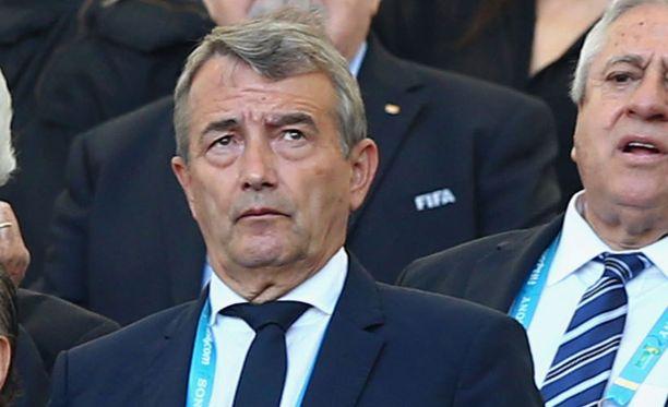 Wolfgang Niersbach pahoittelee Saksan pelaajien tanssista aiheutunutta kohua.