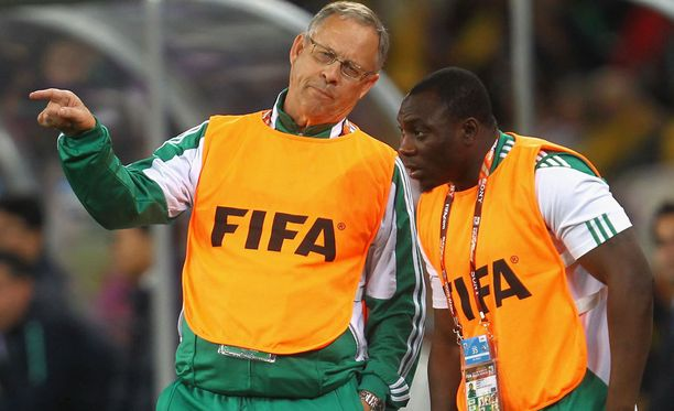 Daniel Amokachi kuuntelee Lars Lagerbäckin ohjeita vuoden 2010 MM-kisoissa.