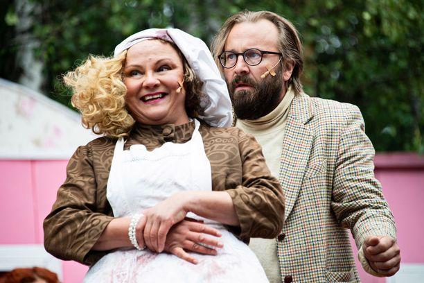 Johannes Korpijaakon hahmo Emmet joutuu väen vängällä antamaan Anna-Leena Sipilän näyttelemälläe Hyacinth Bucketille (lausutaan bukee) roolin ohjaamassaan näytelmässä.