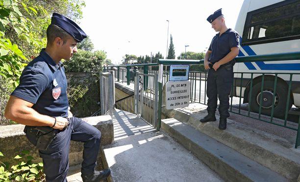 Ranskalaispoliisit vahtivat uimarannan sisäänpääsyä.