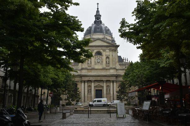 Hubé työskentelee arvostetun Sorbonnen yliopiston politiikan laitoksella.