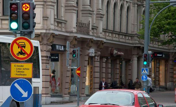 Tampereen Hämeenkadun itäpäässä on vieläkin paljon luvatonta liikennetä, vaikka yksityisautoilu kiellettiin kesäkuussa.