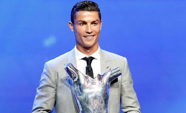 Uefa palkitsi Cristiano Ronaldon viime kauden parhaana pelaajana.