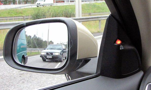 Niin sanottu kuolleen kulman vahti varoittaa, että takana kuolleessa kulmassa on auto. Älä vaihda kaistaa. (Volvo).