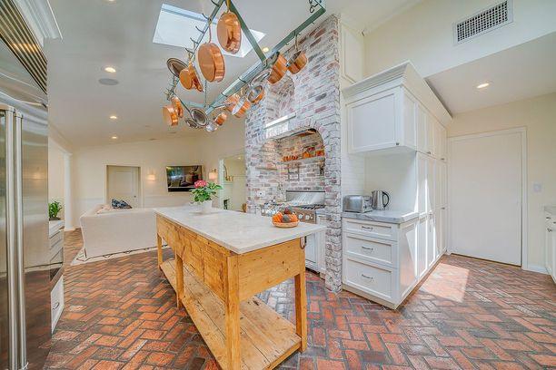 Keittiön katossa on teline, josta kaikki padat ja kattilat ovat kätevästi käden ulottuvilla.