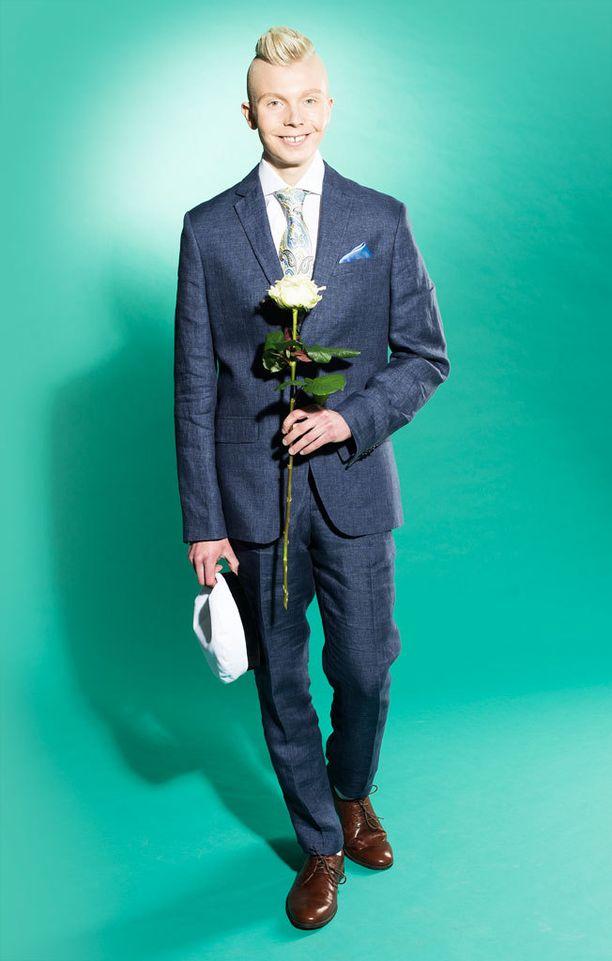 Pellavainen puvuntakki 99€ ja -housut 49€, H&M. Kengät 109€, Vagabond. Vyö 39,90€, Dressmann. Silkkinen solmio 79,90€ ja taskuliina 14,90€, Stockmann. Kukat Kaivokukka.