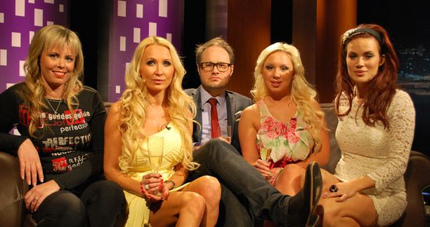 Susanna Ingerttilä, Susanna Penttilä, Henna Kalinainen ja Martina Aitolehti vierailivat Tuomas Enbusken Talk Show'ssa.