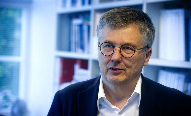 Vaasan yliopiston emeritusprofessori Ari Salminen muistuttaa, että pääministerillä on käytettävissään Suomen parhaat julkisen hallinnon asiantuntijat.