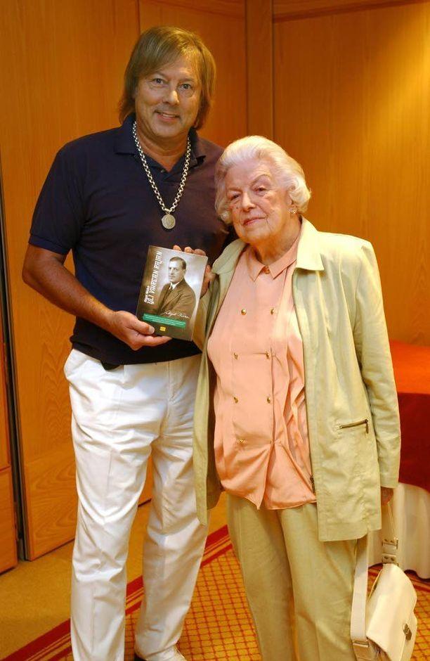 Danny ja hänen äitinsä Magda Yrjönen juhlistivat Yli vihreän rajan -kirjan uusintajulkaisua elokuussa 2003. Kirjassa Algot Niska kertoo toiminnastaan juutalaisten apuna natsi-Saksassa. Ensipainos julkaistiin 1953.