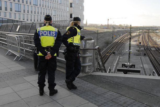 Ruotsalaispoliiseja työtehtävissä Malmössä marraskuussa 2014.