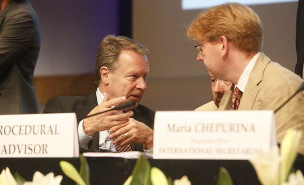 Ilkka Kanerva (vas.) johtaa Etyjin yleiskokousta.