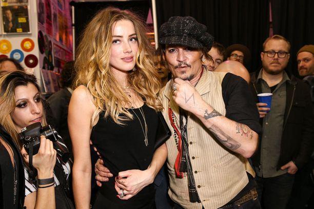 Kuvassa Heard ja Depp kuvattuna yhdessä tammikuussa.