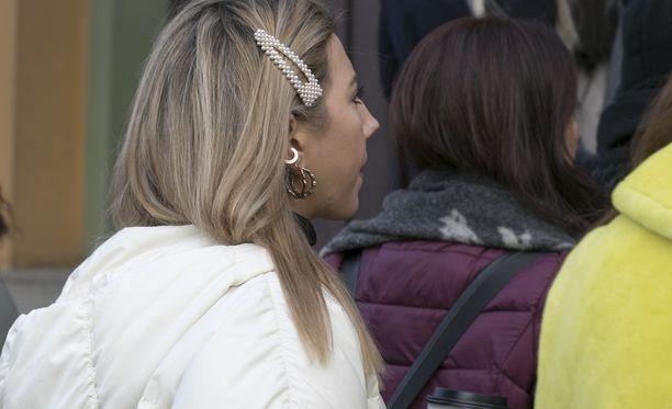 Helmikoristeinen hiussolki kerää sekä hiukset että katseet.