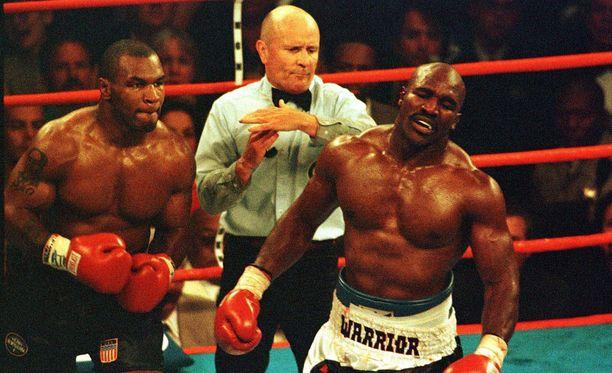 Mike Tyson ja Evander Holyfield kohtasivat yhdessä nyrkkeilyhistorian skandaalinkäryisimmistä otteluista.