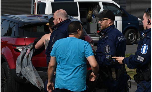 Ryöstöstä epäilty mies kävi aiemmin päivällä kahteen otteeseen häiriköimässä poliisin järjestämässä yleisötapahtumassa Hämeenlinnassa. Jälkimmäisellä kerralla poliisi poisti miehen (kuvassa ilman paitaa) poliisilaitoksen pihalta järjestetystä tapahtumasta.