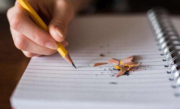 Seuraavan päivän tehtävien ylöskirjaaminen voi rauhoittaa mieltä illalla.