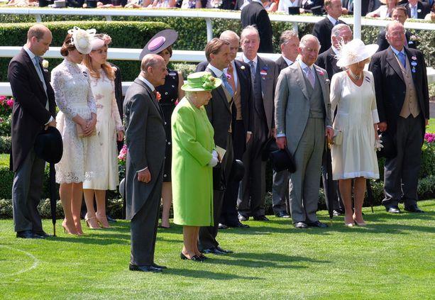 Kuningatar Elisabet oli pukeutunut pirteään kirkkaanvihreään asuun.