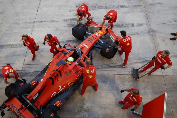 Sebastian Vettelin Ferrarin suoranopeus Bahrainissa huolestuttaa kilpailijoita.