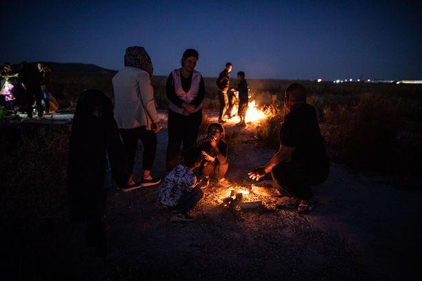 Lasten on yhä vaikeampaa saada turvapaikkaa tai tulla saatetuksi yhteen perheidensä kanssa. Kuvassa turvapaikanhakijoita Kreikassa viime lokakuussa.