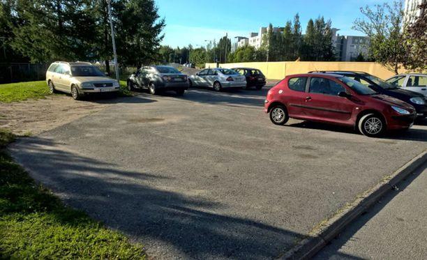 Keijo Kallungin vaaleanruskea Volkswagen Passat pysäköitynä sakkopaikalle Tikkurilan Väritehtaankadun päässä sijaitsevalla kaavoittamattomalla pysäköintialueella.