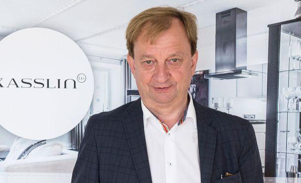 Hjallis Harkimo osoitti tyytymättömyytensä Mika Kojonkosken puheisiin.