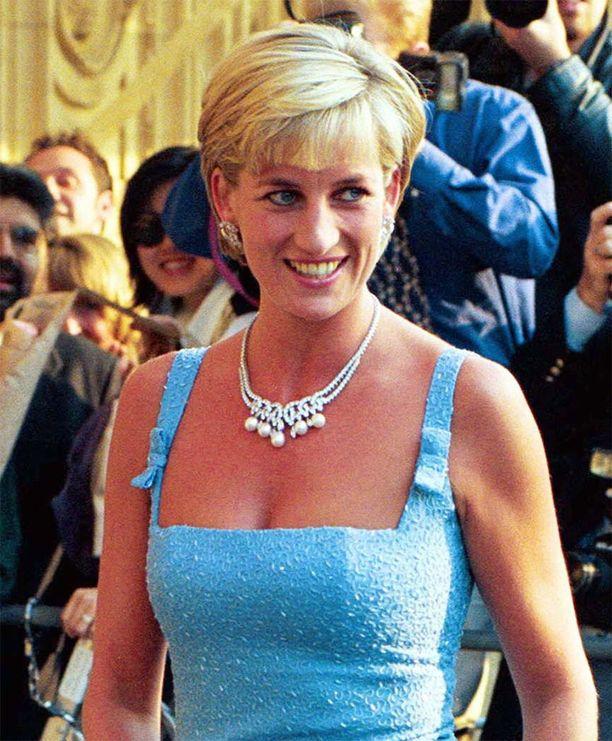 Kuvassa eletään vuota 1996, jolloin prinsessa Dianan hiukset olivatkin jo lyhyemmät