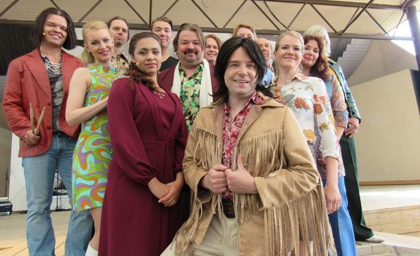 Jari Ahola (edessä) sai ikävän kuokkavieraan Kirka-musikaalin keskiviikon näytöksessä.