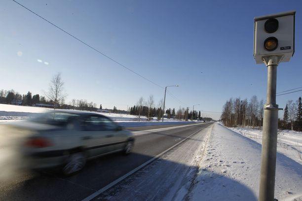 Värittömät peltipoliisit piiloutuvat maisemaan eikä autoilija aina muista, mikä olikaan tien vallitseva nopeus.