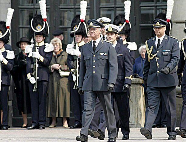 Kuningas Kaarle Kustaa ja prinssi Carl Philip tarkastivat kunniakomppanian kuninkaalinnan edessä.