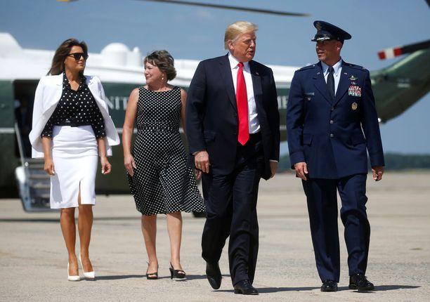 Käveleekö tässä Melania Trumpin klooni?