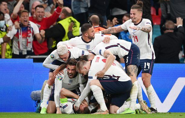 Englannin pelaajat juhlivat pääsyä EM-finaaliin.