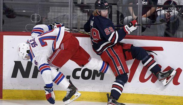 Winnipeg Jetsin Patrik Laine (29) ja New York Rangersin Brady Skjei kolaroivat ottelun tuoksinnassa.