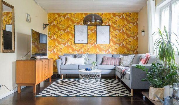 Innostuivatko suomalaiset sisustajat tänä vuonna väreistä? Retrohenkinen olohuone ja sen värikäs tapetti ihastuttivat vuoden aikana.