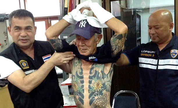 Thaimaan poliisi luovuttaa pahamaineisen rikollispomon Japaniin murhaoikeidenkäyntiä varten.