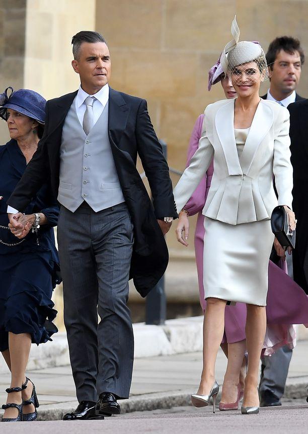 Robbie Williams ja Ayda Williams saapumassa kirkkoon. Heidän tyttärensä kuuluu prinsessa Eugenien kukkaistyttöihin.