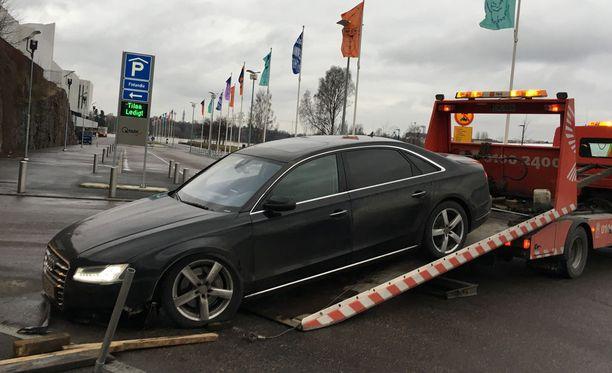 Hakkarainen täräytti Audillaan parkkitalon pollareihin.