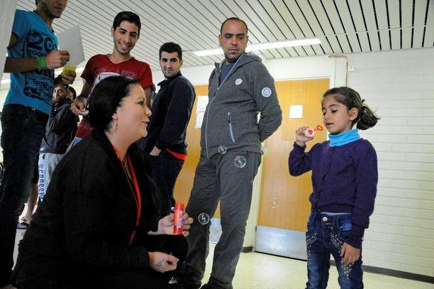 Vapaaehtoistyöntekijä Eeva Zitron ostaa hätämajoituksessa asuville lapsille leluja. Saippuakuplat ovat suosittuja.