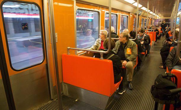 Bussilinjojen päätepysäkit ovat jatkossa Matinkylässä tai Tapiolassa, mistä matkat kohti Helsingin kantakaupunkia jatkuvat metrolla.